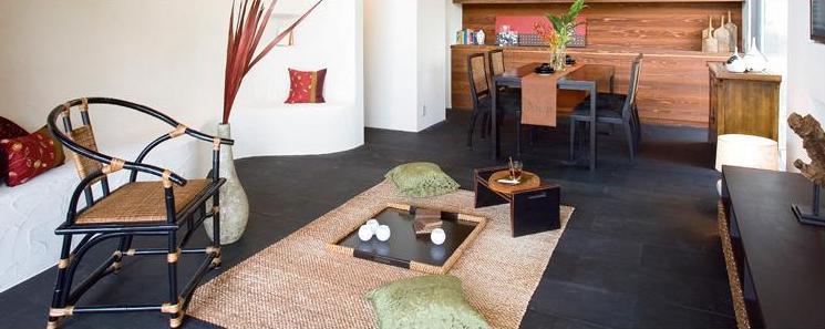 アジアンダイニングテーブル:市松模様に組み込んだ天板が印象的なダイニングテーブル天板の柔らい色合いと、脚の締まった色のコントラストが全体をすっきりした印象にしています。アジアンチェア:ラタンポールを組み合わせて丁寧につなぎ合わせたチェア。座面のクッションは厚めですので、ゆったり座ることができます。 トレイ:ブラックのベースにウォータヒヤシンスが映えるトレイ。ウォーターヒヤシンス部分が2色ございます。(ブラウンとグレー色) アジアンインテリアのお部屋コーディネートでゆったりくつろぎを体験してみては?