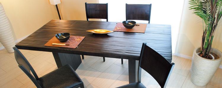 どっしりとして大きめのアジアンなダイニングテーブルをお部屋に。背面にバンブー、本体にはラバーウッドを使用。座面にはラタンを編みこんだクッションが使われています。シンプルモダンなお部屋に模様替え。  Wood、レザー、ファブリック・・・どんなイスとも相性抜群!何気ない脚のスタイルが品よく、お部屋の格好良さをUPさせています♪無駄な装飾を省き、あくまでもシンプルな模様替えを追求したモダンアジアシリーズ。手作りの温かさ、素朴さを残しながらも、無垢材の良さを丁寧にひきだし、隙のない美しい家具に仕上がっています。どんなテイストのイスも相性の良い、シンプルに模様替えできることが一押しです。