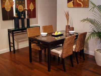 ナチュラルインテリアで涼しげな雰囲気のウォーターヒヤシンスのインテリアチェア。座面高は480mmです。フラワーベースなどアジアンのインテリアアクセサリーを飾るのにも適しているコンソールインテリアテーブル。天板のガラス越しに見える格子が美しいダイニングインテリアテーブル。セラドン焼きとはタイの伝統工芸で自然の木灰の釉薬のみを用い高温で焼かれた硬質の陶器です。製品は、全て一つ一つ手作りされております。セラドン焼きの緑色は、不透明なヒスイを表現しています。セラドン焼は厚手で丈夫です。釉薬の下の細かい「ひびわれ」が最大の魅力で、土と釉薬の熱収縮係数が違う為、徐冷の段階で「ひびわれ」が発生します。