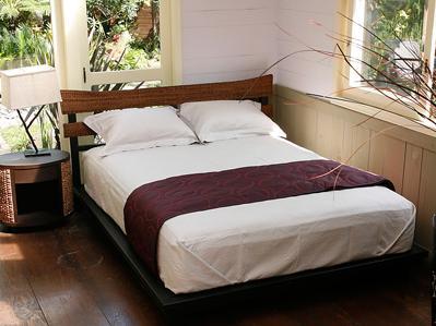ヤイマイファイバーで編まれたヘッド部分が爽やかな印象のベッド。サイズはダブルサイズです。マットレスなどは別売りです。ウォーターヒヤシンス ・ アッシュ材のやさしいフォルムのナイトテーブル。