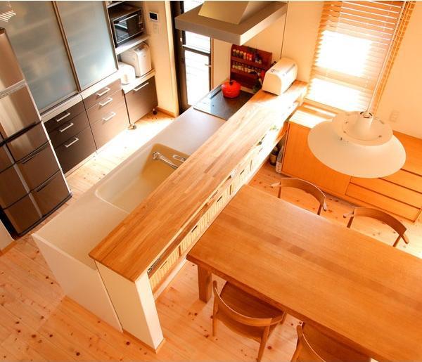 キッチンは壁や吊り戸棚などを設けずオープンスタイルにし、お子さんも一緒に料理に参加しやすいようにした。