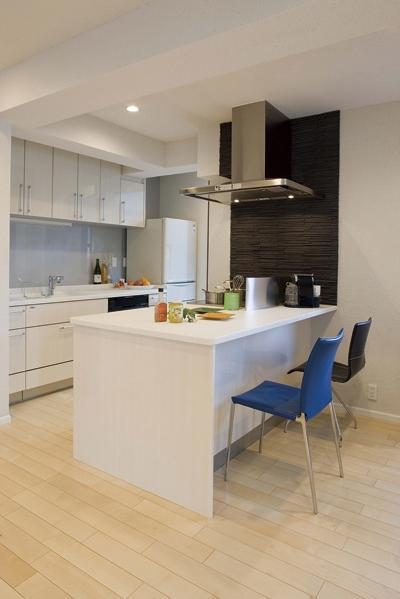 以前のキッチンはダイニングから遠くて使いづらかったため、レイアウトにはこだわった。子どものスタディルームを隣接させ、目が届くように配慮している。また、キッチンのサイドの壁には質感のある黒タイルを貼り、空間を引き締めている。