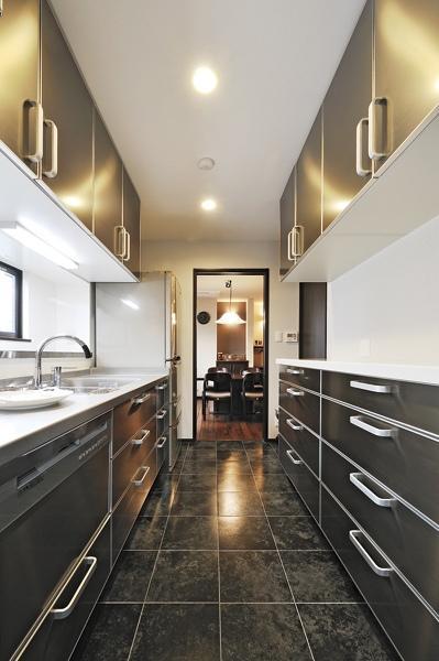 油汚れなどが付きにくいタイルの床、手入れがしやすいIHクッキングヒーターなど、キッチンはAさんが一番こだわった場所。「使いやすくなって本当に快適です」