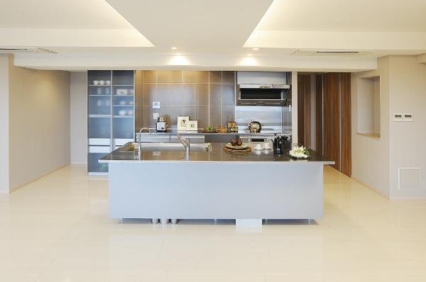 食器棚と共にトーヨーキッチンで統一し、料理教室なども楽しめる空間に。