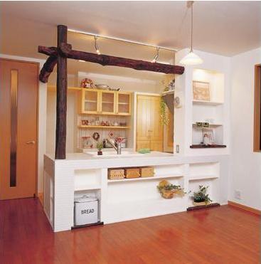 お洒落なオーダーキッチンで、憧れのカントリースタイルを現実に。吊り戸棚を撤去し、明るくオープンなキッチンを実現。奥様のご要望により、表情のある白いタイルと漆喰塗り、お洒落な照明で温もりを演出。ゆめやの提案による古木の梁が空間に気品と個性を添えている。