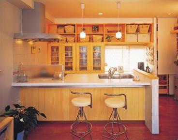 ガレージをお洒落なダイニングに一新。笑顔が集う楽しい空間が誕生。高性能のシステムキッチンを導入、空間のイメージにぴったりのカウンターを造作し、デザイン性、機能性に優れたキッチンに。奥様が料理教室を開かれることから、動きやすさ、使い勝手の良さを追求。