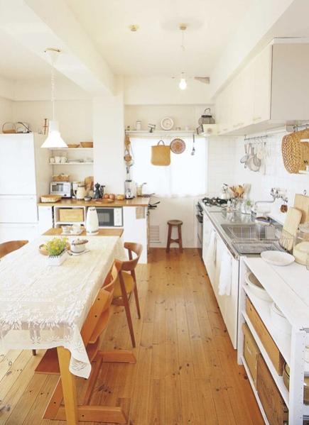 天井はむき出しにして白くペイント。無垢材でナチュラル感いっぱいに。天井板を撤去し、配線や配管をきちんと処理してから、むき出しになったコンクリートを白ペンキ仕上げに。キッチンの扉はマットな質感の白を選択し、DIYでカウンターを設置して使い勝手も向上させた。