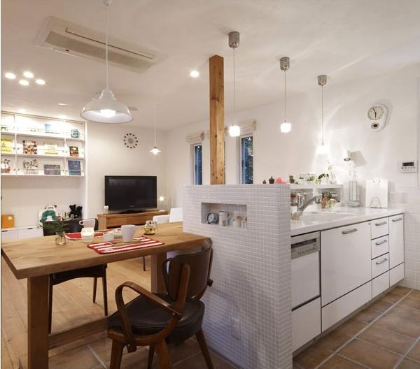LD側からキッチンの生活感が見えないように高めのキッチンカウンターをつくり、その内側には調味料置き場を造作。IHクッキングヒーターやエコキュートを採用してオール電化に。
