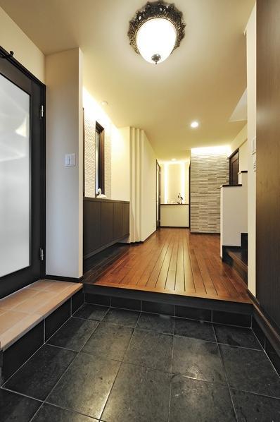 大規模リフォームで広々リビングやドッグスペースを実現。理想の暮らしを叶える空間に。「お客さまに驚かれます」というほど印象が変わった玄関ホール。玄関左の扉から直接ドッグスペースに入ることができるので、散歩の行き来も楽になったという。