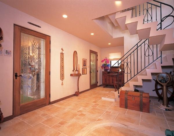 間取りもデザインも、住み慣れた海外スタイルに一新。1階の床全面に敷かれたイタリア製のタイルは、45ミリ角・30ミリ角・15ミリ角と同じものを異なるサイズで組み合わせた遊びごころのあるデザインが採用されています。こうした細部のデザインや仕上げ加工までこだわり尽くすのも参會堂流。アイアンの手摺りやステンドグラス入りのドアなど、高級感を演出する素材もふんだんに使用。