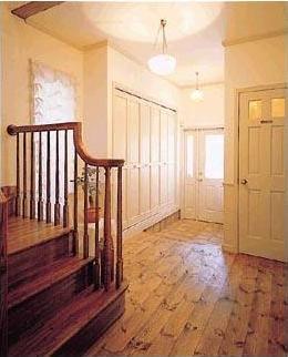 優美な英国カントリー風の住まいに大変身。玄関回りもホワイトの建具を使ったほか、床材にはパイン材を用いて、リビングと統一感をもたせた。リビングと同様に洗練された装いで、ゆったりとお客様を迎えることができる。