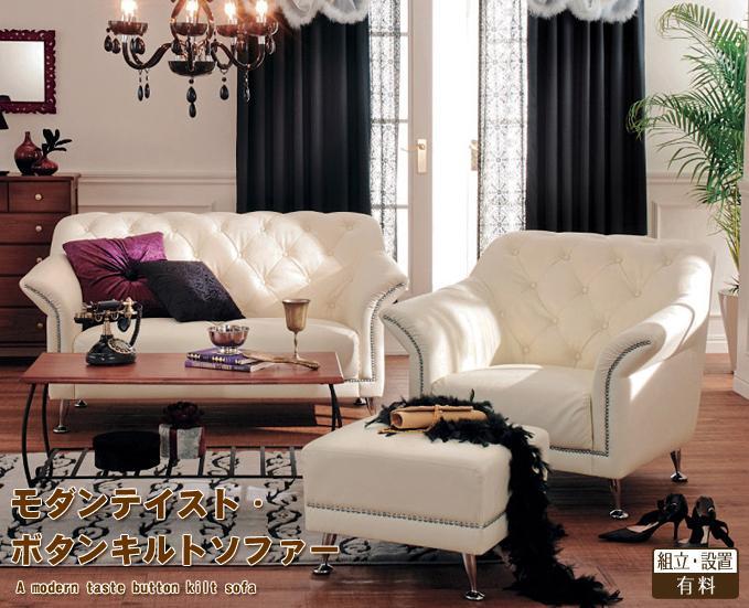 ヴィンテージロマンティックかわいい部屋。素敵にゴージャスなリビングルーム。アンティークな雰囲気のドレッサーでかわいいメイクすれば、いつもより大人顔に。クールにメタリックの仕様がきらきら輝く。背部につけられたたくさんの鋲がとってもクラシック。エレガントなオーナメントモチーフのクッションカバー。ピンクのかわいいサテンのパイピングがシック。