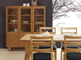 天然木の美しさを保つ自然オイル塗装仕上げ。ナチュラルハンドメイド部屋の模様替え家具の人気「ボスコ(BOSCO)」。ボスコはニヤトー材の特徴である赤みの少ない品種、色ムラの少ない品種(赤褐色の少ない品種に限定)、マホガニー・チェリーに近い素材を120種の中から2種を特出しで使用しています。ナチュラルな模様替えのおすすめの部屋コーディネート。