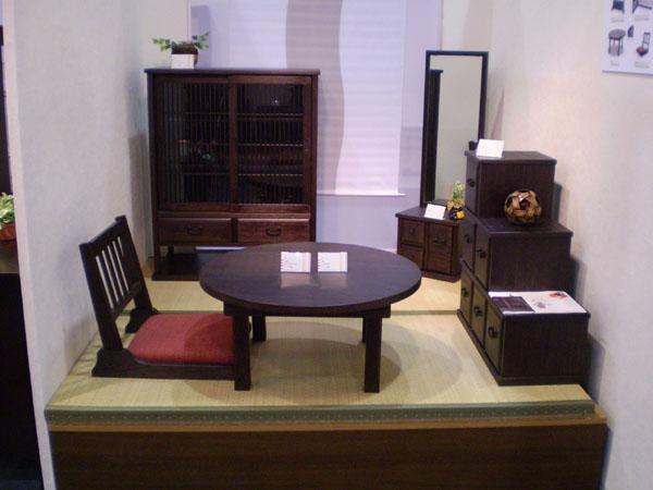 松材の柾目を活かした和風小型家具【彩】 日本人の生活感覚にふさわしい上質なくつろぎ空間を演出する和風小物シリーズです。松材の柾目を活かし、うずくり加工(木目が浮き出る)を施したことにより、 暖かさの中にさりげない存在感が際立ちます。 和風に模様替えしてみてはいかがですか。