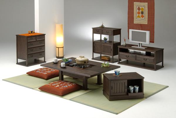 松材の柾目を活かした和風小型家具【彩】 日本人の生活感覚にふさわしい上質なくつろぎ空間を演出する和風小物シリーズです。松材の柾目を活かし、うずくり加工(木目が浮き出る)を施したことにより、暖かさの中にさりげない存在感が際立ちます。