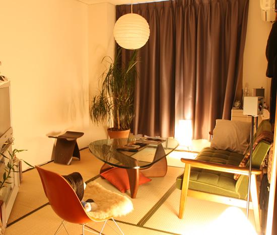 和室でも濃い色のカーテンと間接照明の組合わせで大人っぽい雰囲気ですね。JAPAN家具のカリモク60Kチェアと天童木工バタフライスツールがより和の魅力を感じさせてくれます。壁に何かインパクトのあるものがあると面白そうですね。・ノグチテーブル:テーブル自体のサイズは大きいですが、天板がガラスのため、圧迫感はありません。また、丸いデザインのため、シャープな印象はあまりなく部屋全体をやわらかいイメージに変えてくれていると思います。