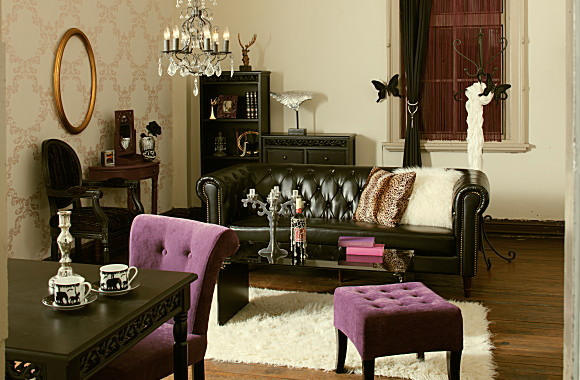優雅で格調高いデザインの小悪魔ブラックインテリア実例☆雰囲気のある家具で個性的なお部屋作りを。小悪魔ダイニングテーブル:シンプルモダンでは飽き足らない人におススメの、少し毒のあるネオインテリア実例。この春から一人暮らしを始める方や新婚さんにおススメ。クラシカルなレッグに透かし模様、艶やかなラッカー塗装が特徴です。小悪魔ダイニングチェア:はパープルとレッドの 2 色があります。くどい色と背もたれ上部の丸みが特徴です。