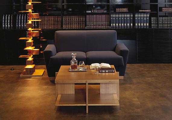 旧帝国ホテルやニューヨークのグッゲンハイム美術館の設計でも有名なフランク・ロイド・ライトのルイス・コーヒー・テーブルです。 フランク・ロイド・ライトは、ひとつの家具をデザインすると長期にわたって幾つもの物件に、改良版ともいうべき類似の家具を設計し設置しています。このルイスコーヒーテーブルも1939年にその原型ともいうべきモデルがデザインされ、十数年経過した1956年にデザインが完了されています。重厚な天板を四方から薄いパネルで支えるメリハリの効いたモダンデザインの部屋。シャープな印象を、美しいチェリーの木肌の温かみが中和し、バランスの良い、例えば和室にもフィットする汎用性の高いテーブルとして完成されています。インテリアにこのテーブルを加えてみては?