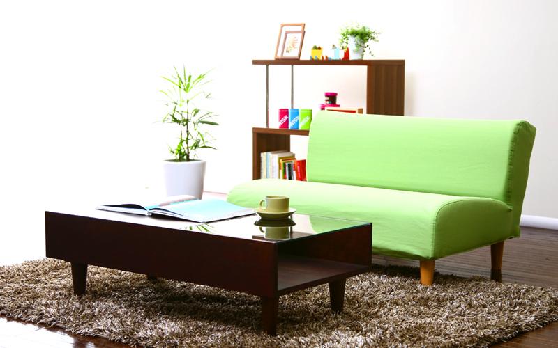 奥行き55cmでゆったりと腰掛けられるシンプルなファブリックソファーです。シンプル設計ながらも、柔らかい座り心地で、お気に入りのソファー間違いなし!座面の厚さは約 20cm!そのなかにウレタンフォームをめいっぱい使用しています。アームレスのソファーですので、部屋に圧迫感を与えることなく模様替えできます。 張り生地は、オックスフォード織を採用。オックスフォード織とは、格子柄を変化させて、表面に凹凸を生み、陰影のある格子柄の生地のことです。この素材を使い部屋の模様替えをすると、シンプルながらも、陰影のニュアンスある質感の良さを感じさせます。 脚部分は、天然木で柔らかいインテリア向き。脚部分は、天然木で柔らかく、部屋を模様替えすると優しい印象を与えてくれます。