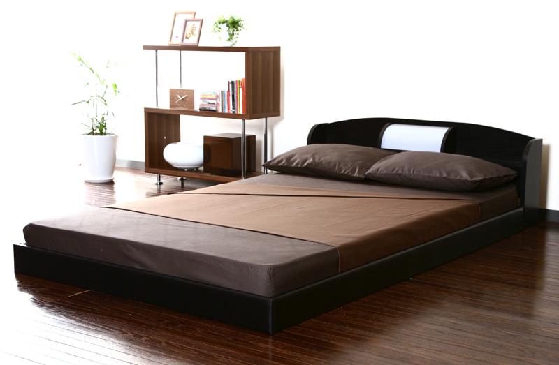 棚&照明付きで寝起きもスマートなモダンインテリア!ヘッドボードにはちょっとしたメガネや時計が置ける棚と、照明が付いています。暗い中で時間を確認したい時などにも便利。お部屋にゆとりを生み出す、ロータイプインテリアベッド。床からインテリアフレームまでの高さを抑えた分、空間にゆとりを生み出すモダンデザイン。狭い部屋でも圧迫感を感じることなく、くつろげます。シックなブラックカラーが印象的な、お部屋を広く見せるロータイプモダンインテリアベッド。ヘッド部分には専用照明が付いて、快適なモダンナイトライフを過ごせます。ヘッド部分には、寝室に嬉しい照明が付いていて、お部屋を優しく照らします。照明の左右には、時計や携帯などが置ける棚付きで、とっても便利!