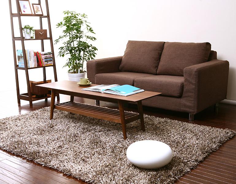 ウレタンを贅沢に使用したレトロインテリアカバーリングソファーです。ウォールナットなどの木製家具にもしっくりくる定番レトロインテリアソファーです。座面には、ポケットコイルを使用した満足の座り心地。定番のベージュ・ブラウンをはじめ、多彩なレトロカラーを展開!本体のカバーも外して洗える、フルカバーリング使用がうれしいですね。背面までファブリックで覆われているので、リビングインテリアソファーとしてもお勧めです。洗濯時は、マジックインテリアテープで楽々取り外し!背中面には、羽毛の特性を持つ【シリコンフィル】使用で、抜群の柔らかさと弾力を持ち、優れた復元力・耐久力があります。