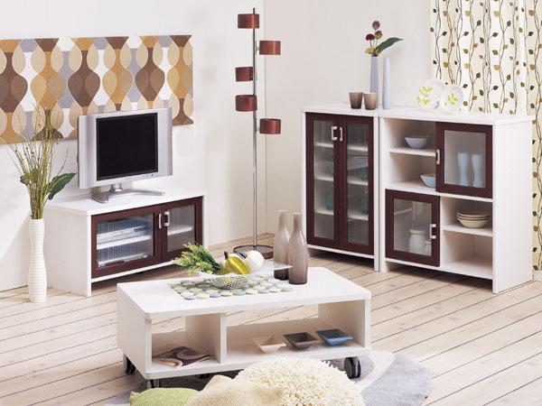 SAPILA(セピーラ)。シックな部屋で決めるならこのアイテム!シックなブラウン木目調のコンパクトなリビングかわいい収納。ちょっと大人っぽく、モダンでシックなインテリアができます。色は、ダークブラウン&ホワイト。ガラスは、型ガラス風のシルク印刷です。シティーマンションのワンルームなどにおすすめのかわいい部屋。ホワイトの側板がすっと足元に伸びスッキリとした印象。シルク印刷の型板ガラス風のデザインがちょっとレトロな感じ。キャビネットは食器棚としても充分に使える。濃い目の茶色と白のコントラストがお部屋にリズムを生む。「おうちカフェ」には「緑」が必須アイテム、小さい植物をディスプレイ。