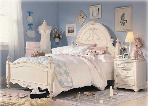 ジェシカ・マクリントック家具のロマンス模様替えシリーズ。主材はメープル突板、ラッカー塗装。カラーはアンティークホワイト(アイボリー系、オフホワイト系)、あえて打痕を施したり、ペイントの濃淡や汚れに見立てたペイント、ペイントクラックを施したアンティーク仕上げ。ヘッドボードを形作る曲線と繊細に施された装飾の美しさが一際目を引く、女性デザイナーらしいしなやかなセンスを感じさせる部屋のモデルです。 使い込んだ風合いを出すために、あえて打痕を施したり、ペイントの濃淡や汚れに見立てたペイント、ペイントクラックを施したデザインです。
