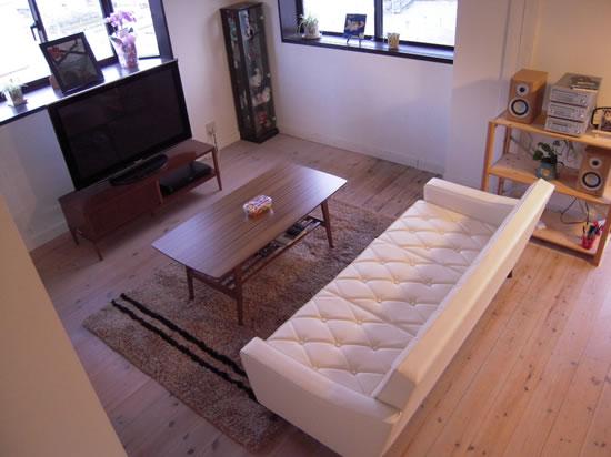 6畳~8畳用ラグ:1針づつ手作業で丁寧に織り込んだ、厚手でズッシリとした安定感のあるかわいい部屋ラグです。3色の糸をミックスして織り込んであるので、優しい表情が生まれます。また、冬場は温かく夏場もサラサラと素足で気持ちよいのが自慢のかわいい部屋ラグです。2~3人掛ソファに合わせるのにちょうどよい大きさです。カリモク60のラグは毛足はわりと長くてフカフカでしたが、やはり1年もたつといつも座るところはぺたんこで固くなってしまいました。 カリモクのTVボード:37型液晶テレビとの相性はベストマッチです。引き出し部分はライフスタイルに合わせて左右組み換え可能なかわいい部屋です。