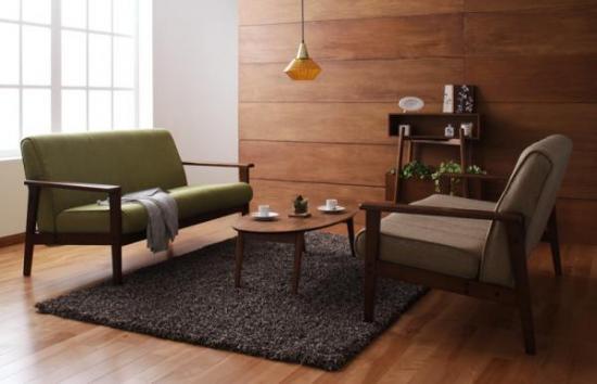 どこか懐かしい雰囲気をもったレトロデザインのインテリアソファ。お気に入りの小物たちと一緒にカフェスタイルを楽しんでみては?時間を忘れてゆったりとくつろいでいたくなるそんなお部屋作りのインテリアの主役です。 ■ほっとする素材のぬくもり。木のソファを大事にした肘掛けと、ぬくもり感じるインテリアファブリックが、座ったときにほっと気持を和ませてくれます。使い込むほどに愛着がわいてくるはず。 ■ほどよい座り心地のよさ。ソファは座り心地がきめて。レストは、やわらかすぎない硬さで長時間座っていても疲れ知らず。ウレタンの弾力性がしっかりとからだを支えてくれる実例。
