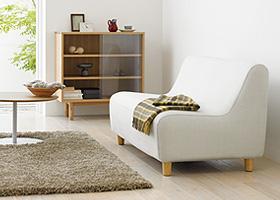 コンパクトなサイズでも狭さを感じさせないアームレスかわいいソファです。ソファでありながらノックダウン構造で効率よく輸送できるため、お求めやすい価格が実現しました。 畳一畳のコンパクトかわいい部屋。コンパクトソファの大きさは、幅130cm×奥行75cm。一般的な畳一畳に収まるコンパクトなインテリアなので、6畳のワンルームのお部屋でも場所をとりません。 体に沿う、なだらかな曲線。縫製箇所を最小限にして、体に沿う曲線に仕上げました。 各部が本体に収まりまるかわいいソファです。分解した脚や背もたれを、本体に収納することができるフラットパック構造です。引っ越し時などの持ち運びにも便利な部屋ソファです。