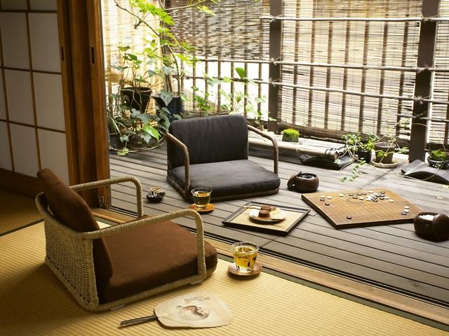 和風やアジアンのお部屋の模様替えにピッタリの座椅子!まごころ手編み座椅子。懐かしくて、あたたかい生活風景。心なごむ和風部屋の模様替え。自然素材の座椅子です。てざわりの良いマイクロスウェードと手編みフレーム。落ち着いた部屋カラーでゆったりとおくつろぎいただけます。背板は手編みで美しい光沢が。床に近い生活スタイルはリラックス効果が高いと言われています。和風にも洋風にも合わせられるモダンな部屋の模様替えデザインなので、お部屋の一角に和み部屋スペースを設けてみては♪「和のしつらえ」を演出できる、和風モダンの模様替えです。