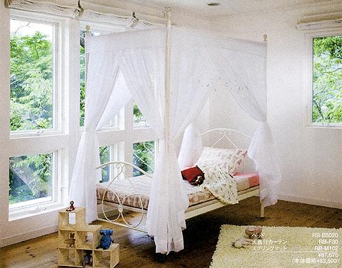 ☆お姫様のようなロマンティックな寝心地☆憧れのホワイトレースの天蓋ベッドです♪カントリー調のお部屋にもピッタリ★パイン家具との相性もOK!天蓋を取り外すとシンプルなベッドになります。シーズンに合わせて自由自在コーディネイト♪