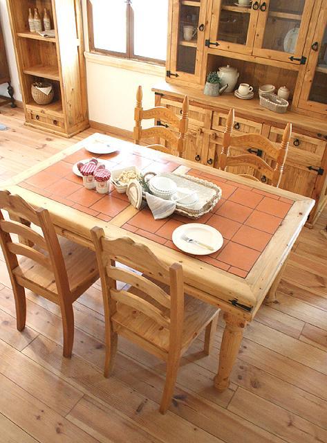自然素材のテーブルでナチュラルかわいい部屋テイストに!カフェの香りただようお部屋にかわいいコーディネイト♪熱いものもそのまま置けるテラコッタがデザイン的にも人気!奥行きもたっぷりあるダイニングなので ひろびろとご使用頂けます。熱いものもそのまま置けるテラコッタはかわいい部屋デザイン、実用性ともに文句なし。リピーターが多いのもの納得のです。大人になっても飽きのこないカントリーかわいい部屋デザイン。各地の雑貨屋さんや家具屋さんにも展示をさせて頂いております。自然素材と暮らす幸せ…、カントリーかわいい部屋。