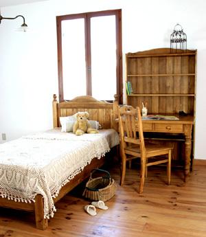 ナチュラルカラーのロシアンパイン無垢材をふんだんに使用し、環境に配慮したやさしい自然塗料仕上げです。 ロングブックシェルフの配置をかえてお好みで部屋の模様替えが楽しめます。清潔感あふれるナチュラルおしゃれ部屋、性別、年齢を問わず末永くお使いいただけそう…。 かわいいおしゃれ部屋!!こんなデスク&ブックシェルフならずっとずっと使いたいっ☆男の子にも女の子にもGoodなおしゃれ部屋デザイン!!上品なくり脚が特徴の900デスク。引出2杯付です。コンパクトなサイズでありながら収納力のある引出です。カントリーテイストおしゃれ部屋、お勧めです♪