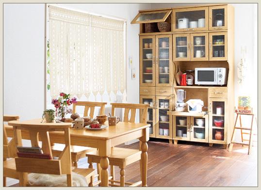 カットガラスや取っ手など、細部にまでこだわったおしゃれカントリー仕上げ部屋。食器や家電もかわいく部屋に収納できます。収納力をさらにアップする上置きもご用意。フルスライド棚は一杯まで引き出せるので、炊飯器の水蒸気を逃がせ、大型炊飯器でも使用可能な部屋に。くり脚の佇まいがおしゃれ美しいテーブルと、背もたれのボックスに雑誌や新聞が入るチャーチチェアタイプの椅子を合わせて、クラシカルでおしゃれシンプルな趣に。チェアの座面には座り心地を高めるおしゃれカッティングを施しました。部屋が可愛く、家具がしっかりとした作りで良いんですが、所々傷があってがっかりです。