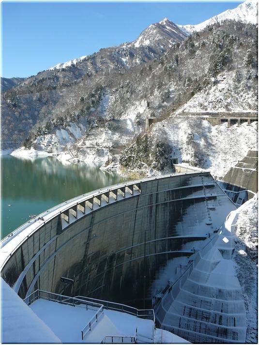 展望台から望む黒部ダム