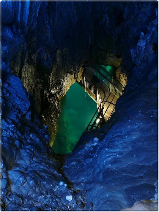 三原山展望台から第一地底湖を望む