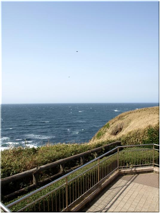 城ヶ島公園・休憩展望台にて伊豆半島方面を望む