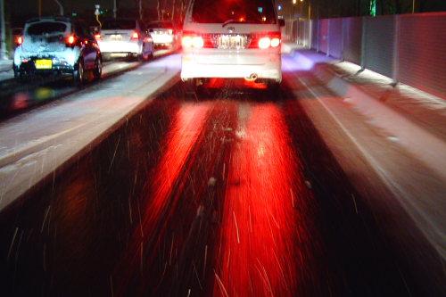 黒光りする路面。ミラーバーンとも言いますね。バーンとぶつからないように注意!!