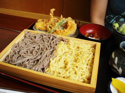 そばとラーメン。ゲソ・野菜天となめこ。これで700円はお得ですね。