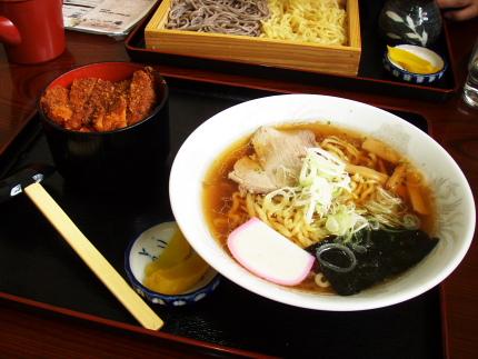 ミニカツ丼はランチタイム200円だそうです。人気のはずです。