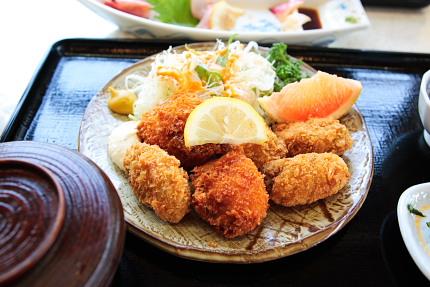 こじゃれた処なら1000円越え確実のフライ定食。さすが海沿い!!