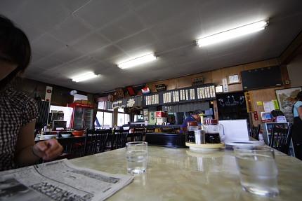 テーブル席・座敷で30人は入れるお店です。