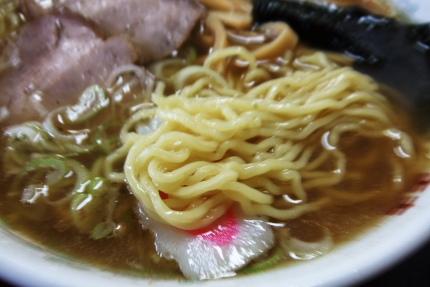 こ、この麺は・・・普通の麺です(^^;) ヤヤ縮れ系。