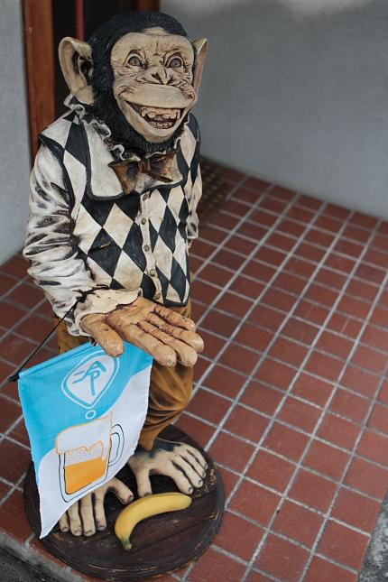 ちょっと怖い・・・ なんかくれチンパンジー(笑)