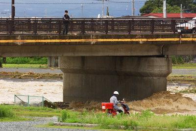 橋の上から眺める人も