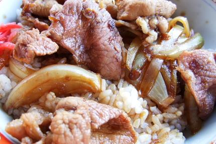 甘辛たれと豚肉、タマネギが下品に交わりあって・・・