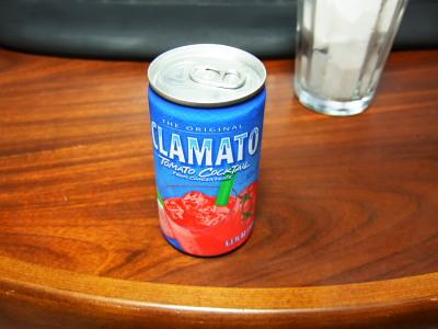 トマトジュースなのに青色ベース。