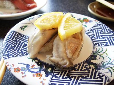プリプリの牡蠣がほんのり温かいすし飯とマッチ。