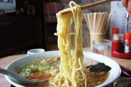 サッポロ一番の麺にも似ているような・・・